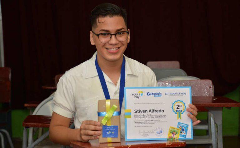 Estudiante Montessori reconocido por ayudar a niños